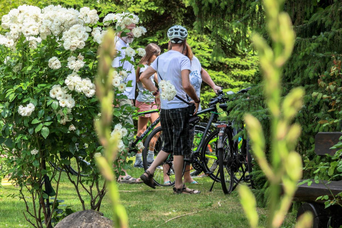 Fahrradfahrer besuchen den Gutsausschank